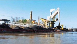 E-Crane floating terminal keeps barges and crane at the same level regardless of river fluctuations. A continuous breasting cable keeps the barges from drifting. The Lowman E-Crane has a 25-yd bucket and can unload 1500 tons per hour.