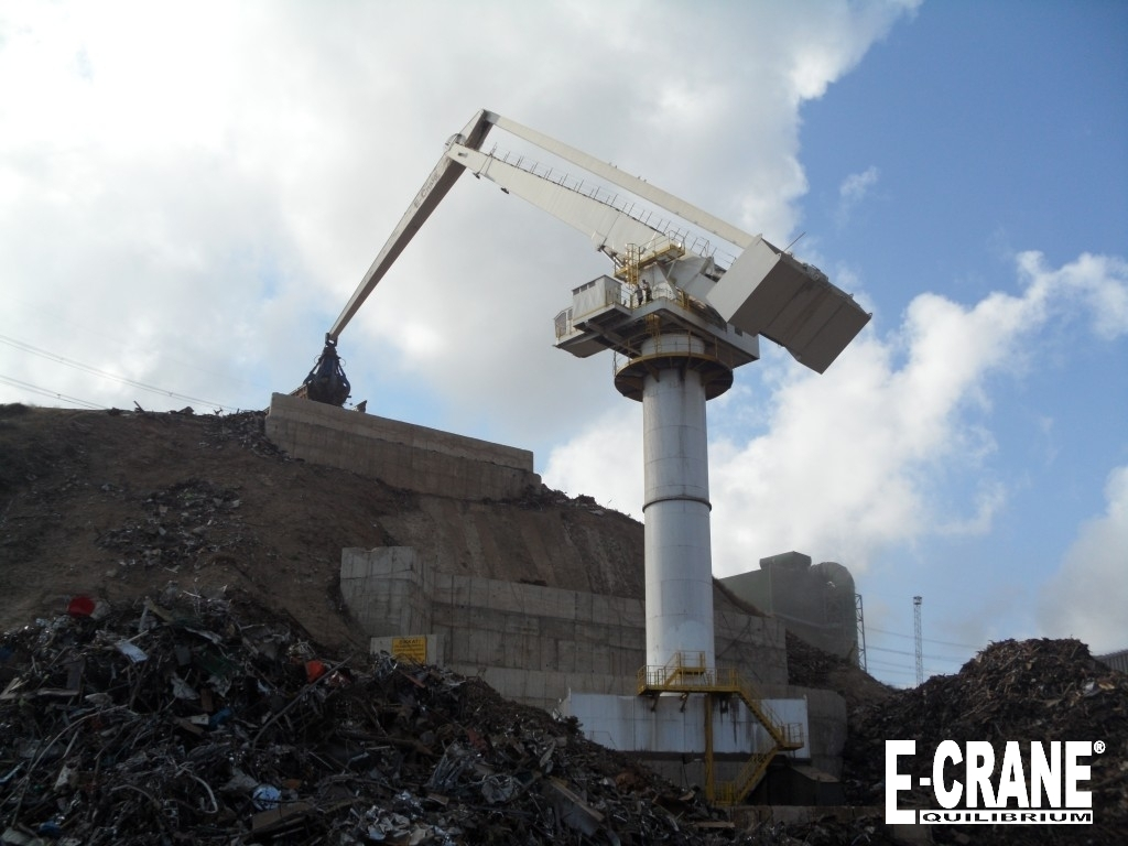 The new E-Crane has to load scrap baskets located over 43 meters above the scrap pile. A net payload of approx. 20 tons guarantees a fast and efficient operation and this new E-Crane is the heart of the logistics required to feed the steel mill.