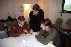 Lecturer Dirk Roelens (Impala, through Syntra West) finetuning the checklist with service engineers Patrick and Stein.
