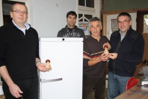 "The E-Crane team received a gift from Mr. Accoe: a nutcracker, as a symbol for the youngsters who have ""hard nuts to crack"" when returning to normal community life. From left to right: Filip Van Cauwenberghe, Bart Matthys, Robert Accoe, Lieven Bauwens."