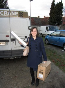 Eline De Pauw of E-Crane helps carrying the beamer.