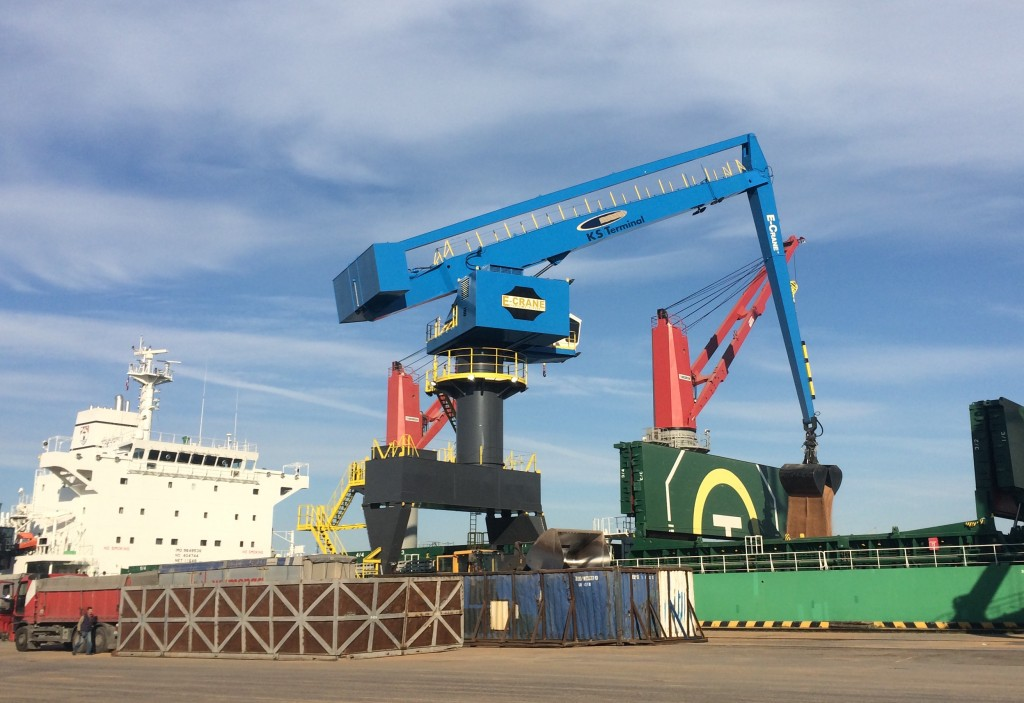 The model that was installed is a 1500B series E-Crane with 38,2 m outreach mounted on a high rail portal, capable of serving Panamax size vessels.